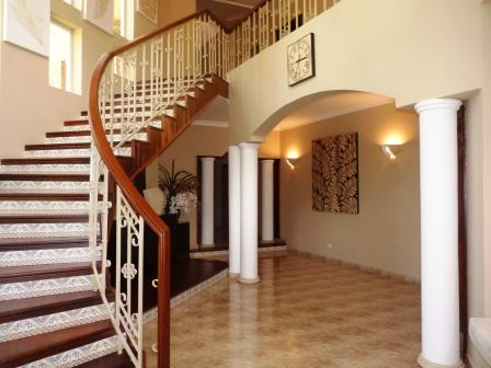 metro-golf-and-country-club-rental-villa-5-br-staircase-w-hallway